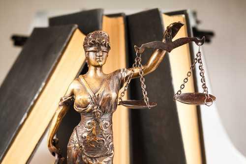 Jovem será indenizado após ser expulso nu do próprio carro | Juristas