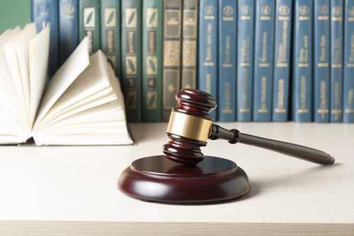 Juíza mantém justa causa aplicada a empregado que saiu mais cedo e teve o ponto registrado por colega | Juristas