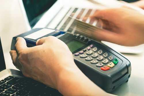 TJDFT mantém condenação de loja por erro em cobrança no cartão de crédito