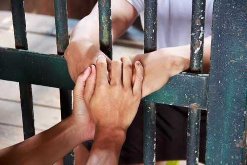 Réu que cumpria pena indevidamente em regime fechado vai para o aberto