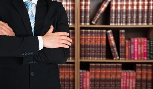 Advogado acusado de enganar clientes continua impedido de atuar em novas causas