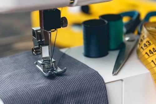 Costurar não é atividade de risco, e dano à saúde deve ser provado, decide TST