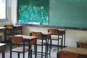 Acidente de trabalho em sala de aula resulta em aposentadoria integral para mestre