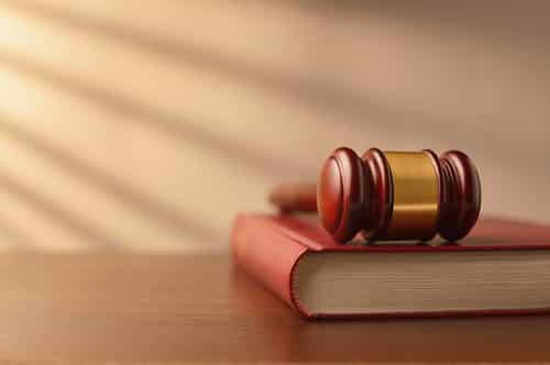 Mulher que fraturou coluna após ônibus saltar lombada será indenizada em R$ 15 mil