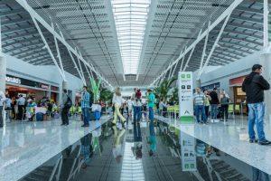 Aeroporto terá de indenizar passageira filmada no banheiro por um funcionário da limpeza