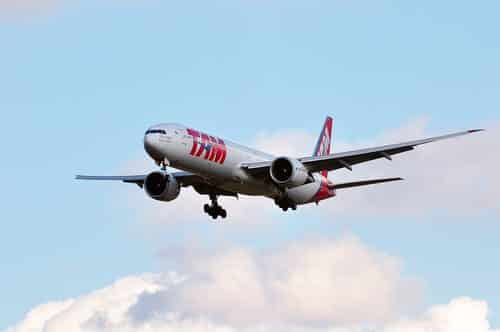 TAM é absolvida de indenizar comissária por problemas psicológicos após forte turbulência em voo
