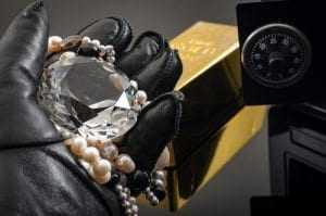 Caixa deve indenizar por furto de joias penhoradas de agência, decide juiz