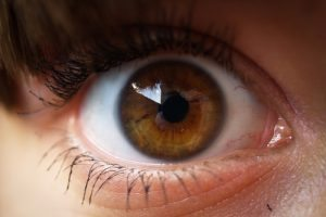 Passageira que deslocou retina em acidente de ônibus tem indenização garantida por TJ
