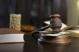 Justiça manda pagar indenização a candidato que levou choque na UERJ   Juristas