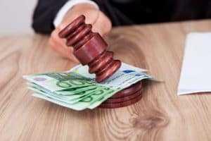 Descontos elevados no contracheque geram dano moral   Juristas