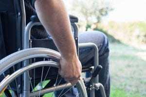 Justiça determina que Estado conceda cadeira de rodas a jovem com paralisia cerebral | Juristas