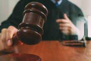 Vendedor que pagou pela própria venda para alcançar meta de comissão reverte justa causa | Juristas