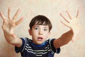 Pai tem direito de visitação aos filhos restringido por conduta violenta | Juristas