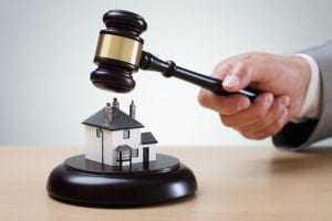 Devido à má administração, filhas conseguem tirar direito da mãe sobre imóvel | Juristas