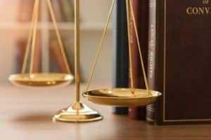 Homem deve ser indenizado por colisão com porta de caminhão   Juristas