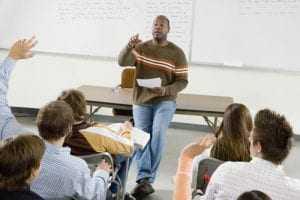 Professor que atendia alunos no recreio vai receber por tempo à disposição da faculdade | Juristas