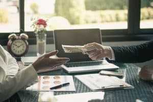 Mantida condenação de instituição financeira por reter todo salário de cliente | Juristas