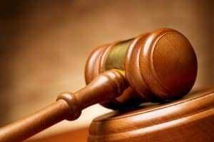 Juiz absolve estudante acusado de desacato após pisar na grama | Juristas