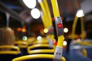 Homem que viajava com o braço para fora de ônibus deve ser indenizado após acidente | Juristas