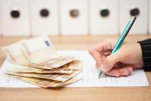 Bancária que depositava cheques de terceiros nas contas de familiares não reverte justa causa   Juristas