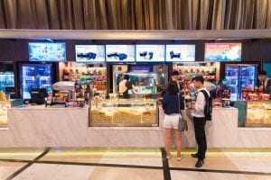 Hamburgueria deve indenizar consumidora por servir refrigerante vencido | Juristas
