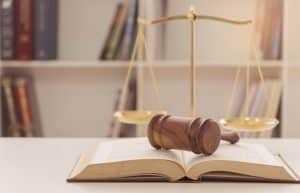 Homem acusado pelo assassinato da esposa, com 14 facadas, enfrentará júri popular | Juristas