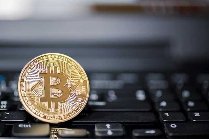 Bitcoin é um tipo de criptomoeda (moeda digital/virtual)