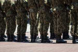 Assistir material obsceno em ambiente militar é passível de prisão.
