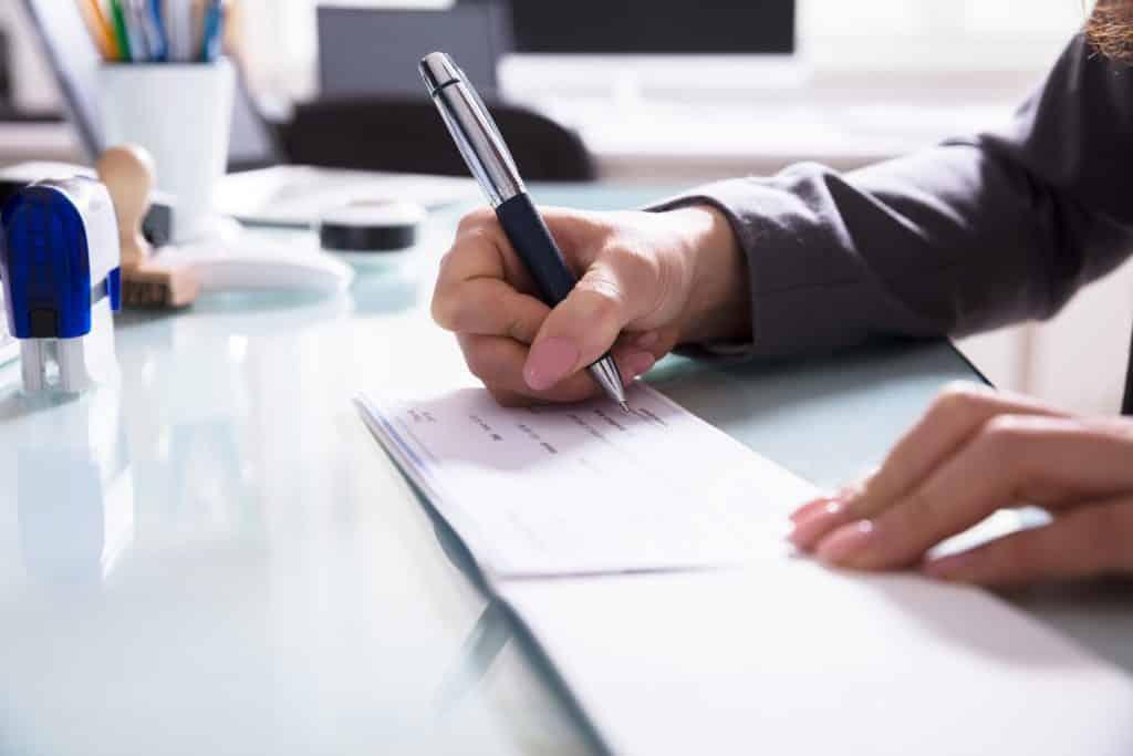 Empresa indenizará vendedor por pagá-lo com cheques sem fundos de clientes | Juristas