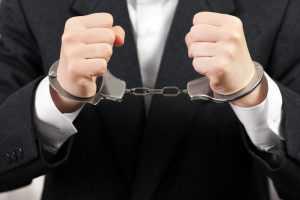 Réu preso pode usar suas próprias roupas no tribunal do júri