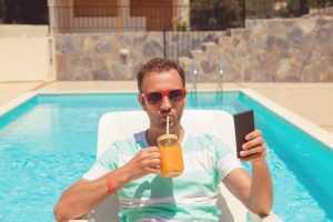 Postar fotos de viagens e festas durante afastamento do trabalho gera justa causa