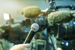 emissora de televisão (TV) / câmera / cinegrafista / operador de câmera