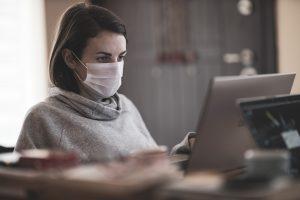 Trabalhadora protegida contra coronavírus